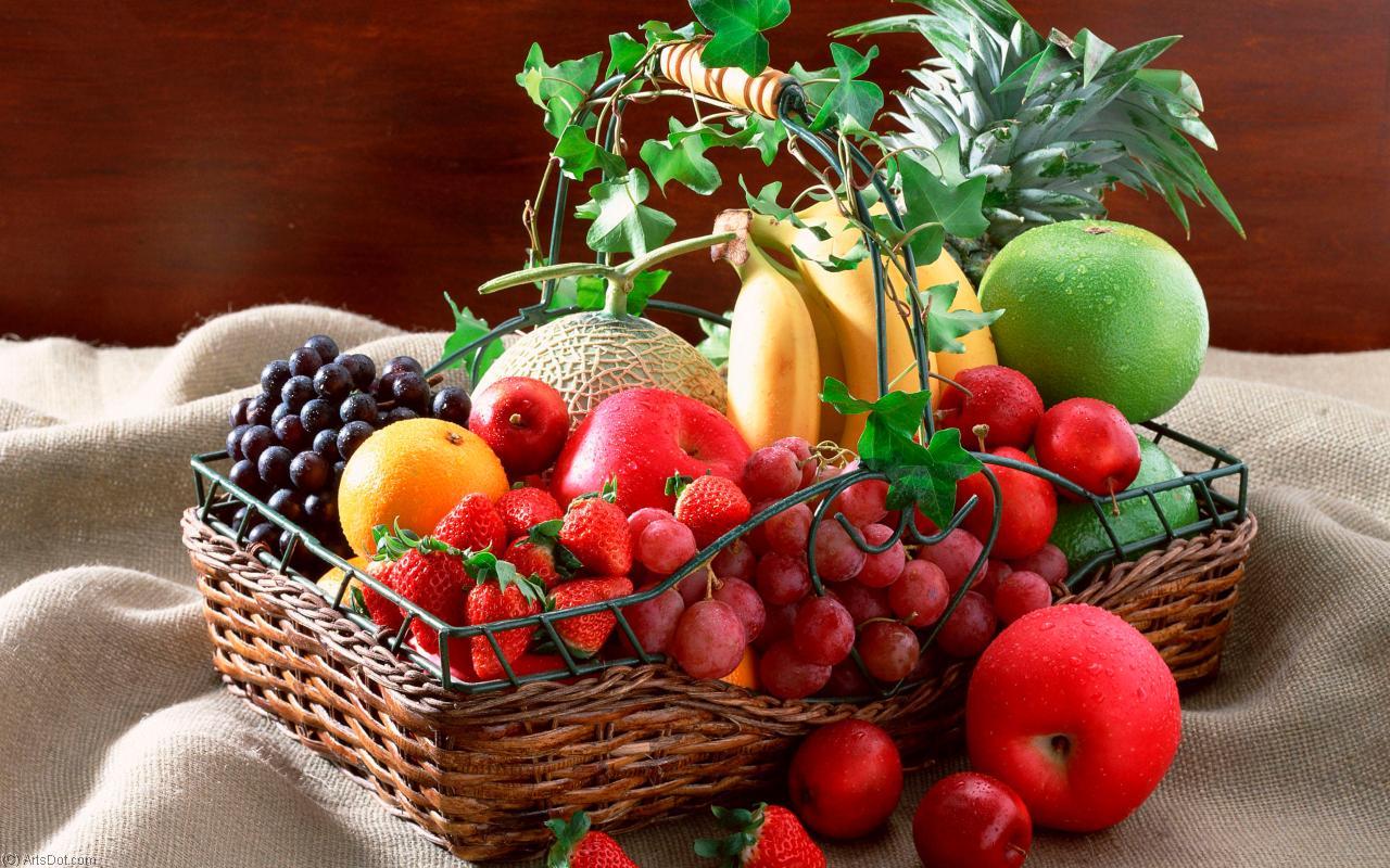 Открытка с ягодами и фруктами